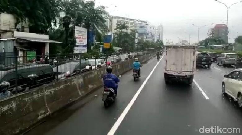 Pengendara sepeda motor masuk ke Tol Kebon Jeruk.