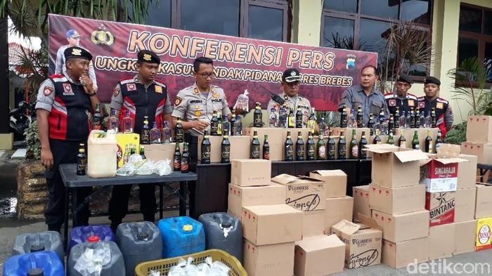 Polres Brebes sita ribuan botol miras dan ratusan liter ciu, Selasa (25/2/2020).