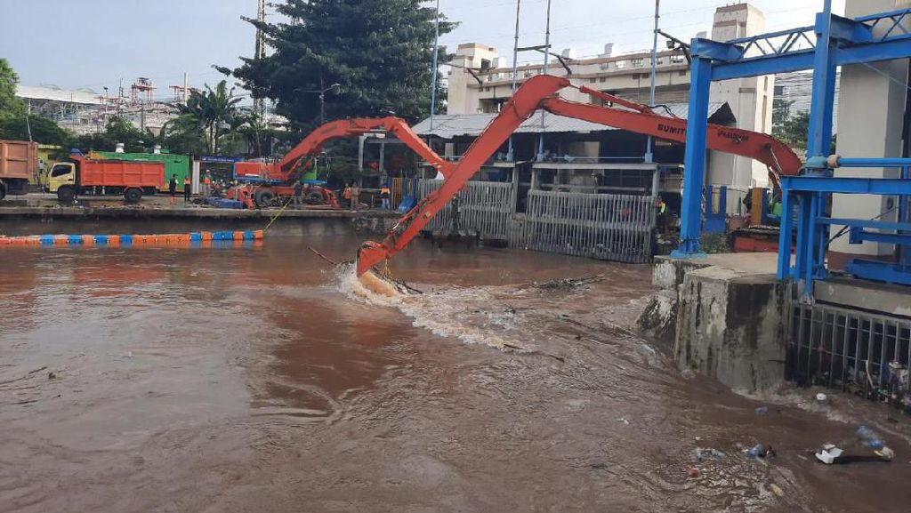 Imbas Banjir, Pemprov DKI Angkut 13 Ton Sampah dari Pintu Air Manggarai