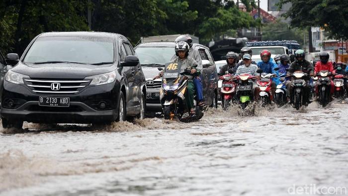 Drainase yang buruk dan hujan deras yang terus mengguyur wilayah Kota Bekasi dan sekitarnya, mengakibatkan Jalan Siliwangi Raya, Kota Bekasi, terendam banjir, Selasa (25/2/2020).