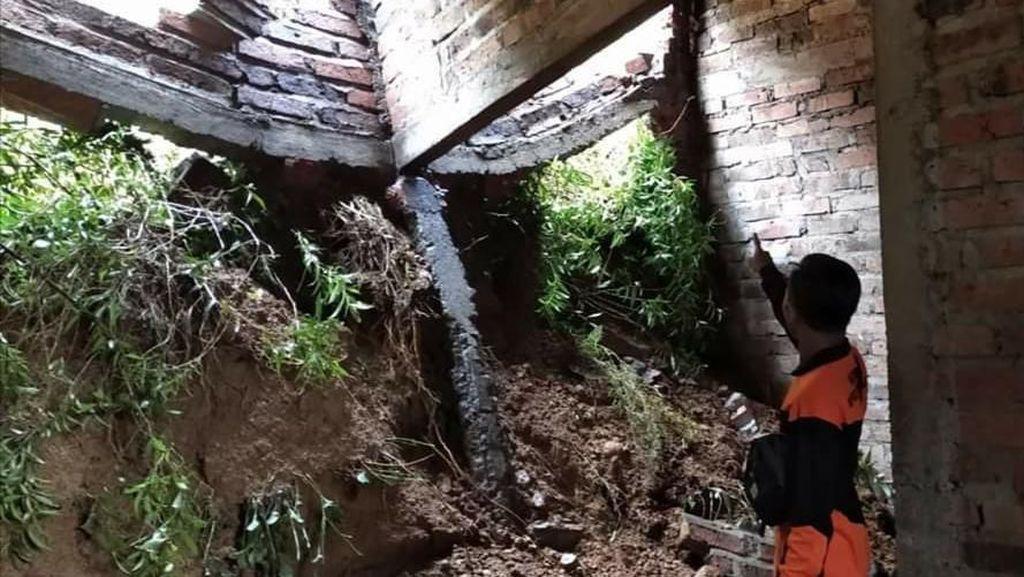 Rumah Warga Trenggalek Tertimpa Longsor Setelah 3 Jam Diguyur Hujan
