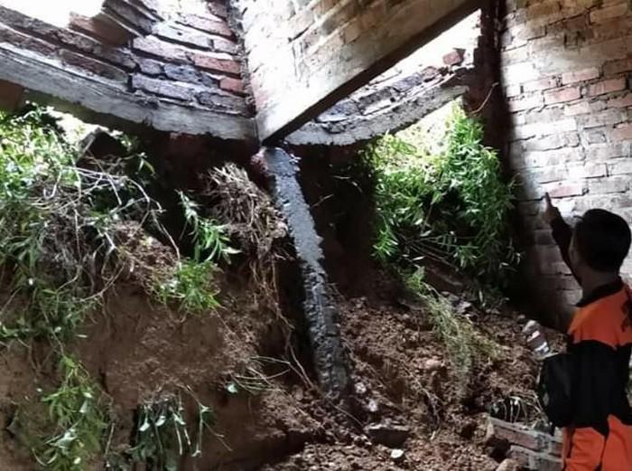 Hujan intensitas sedang selama tiga jam di Trenggalek menyebabkan tanah longsor di dua titik. Satu di antaranya menimpa rumah warga.