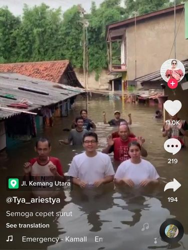 Banjir Sampai Perut, Tya Ariestya dan Warga Kemang Main TikTok