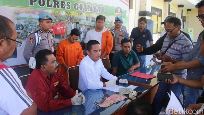 Polres Gianyar mengamankan dua pegawai money changer I Komang Darmawan (23) dan I Komang Udik Aryawan (20) yang melakukan penipuan terhadap wisatawan asal Argentina di Ubud, Gianyar.