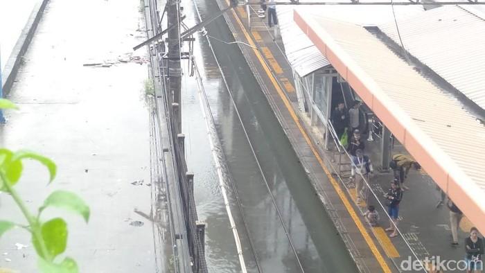 Salah satu jalur kereta di Stasiun Tanah Abang terendam banjir (Arief Ikhsanudin/detikcom)