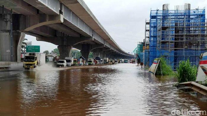 Banjir turut merendam ruas tol Jakarta Cikampek KM 19 arah Jakarta. Banjir membuat ruas tol tersebut terputus.