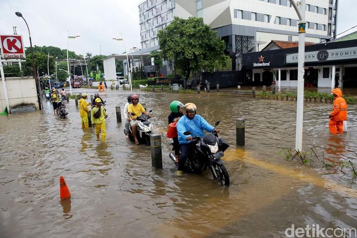 Hujan deras yang mengguyur sejak Jakarta sejak Senin (24/2) malam membuat kawasan Kemang kini terendam banjir.