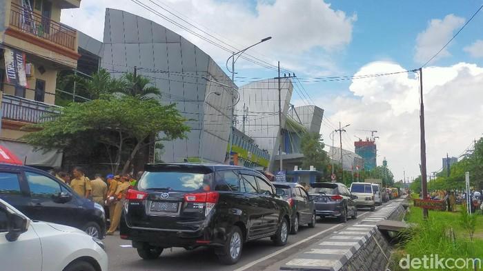 Kemacetan terjadi di Jalan Frontage Ahmad Yani, Surabaya, tetapnya di depan Gedung Jatim Expo. Bahkan jalan tersebut akhirnya ditutup karena banyak kendaraan yang parkir.