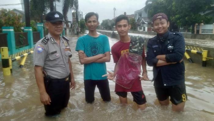 Banjir di Pondok Aren (Dok. Polsek Pondok Aren)