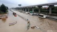 Antrean Kendaraan Mengular Imbas Banjir di Tol Jatibening