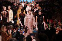Paloma bersandingan dengan Kaia Gerber, Gigi dan Bella Hadid di fashion show Fendi Fall 2020.