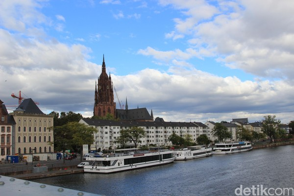 Tingkat kebahagiaan masyarakat di Frankfurt, Jerman terbilang tinggi. Salah satu faktornya adalah jam kerja yang cukup. Foto: Dadan Kuswaraharja