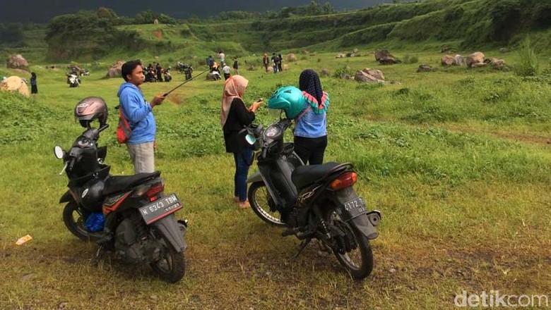 Keindahan padang rumput Ranu Manduro di Mojokerto sempat viral di Medsos. Yuk lihat keindahannya.
