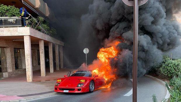 Ferrari F40 terbakar hebat, coba dipadamkan pakai selang penyiram tanaman