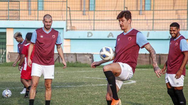 Giancarlo Lopes (tengah) saat sesi latihan PSM Makassar. (