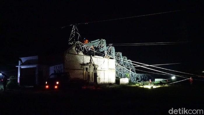 Sudah 21 jam tower PLN yang roboh di Rembang, Jawa Tengah, belum berhasil dievakuasi. Begini kondisinya.