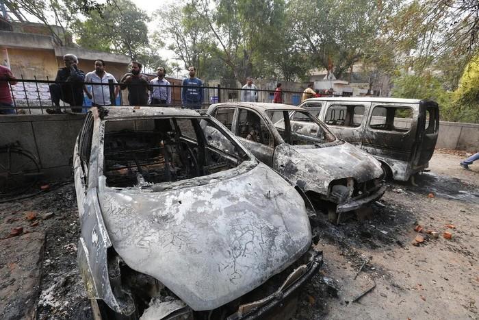 Bentrokan terjadi imbas aksi menentang UU Kewarganegaraan yang kontroversial di India. Akibatnya, sejumlah kendaraan hangus dibakar massa. Berikut penampakannya