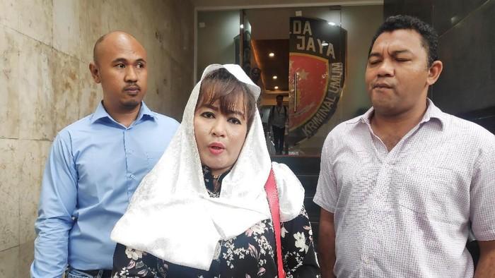 Dewi Tanjung di Polda Metro Jaya