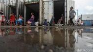 Para Pengungsi Banjir Ini Tinggal di Dalam Kontainer