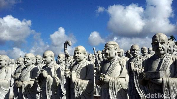 Patung-patung ini berdiri berderet di sebuah tribun berbentuk setengah lingkaran. Ya, jumlahnya memang tidak pas 1.000, tapi detailnya begitu mengagumkan (Wahyu Setyo Widodo/detikcom)