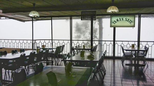 RM Rindu Alam menjadi salah satu ikon wisata yang khas di Puncak Bogor, tempat makan bagi para pelancong itu dibangun oleh Letjen TNI Ibrahim Adjie pada 1971 (Foto: istimewa)