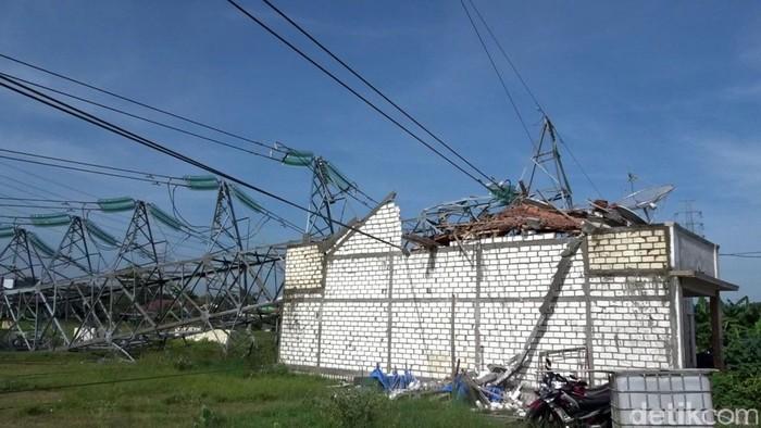 Satu unit rumah tertimpa tower Saluran Udara Tegangan Tinggi (SUTT) PLN di Desa Kabongan Kidul, Rembang. Rumah itu mengalami kerusakan parah.