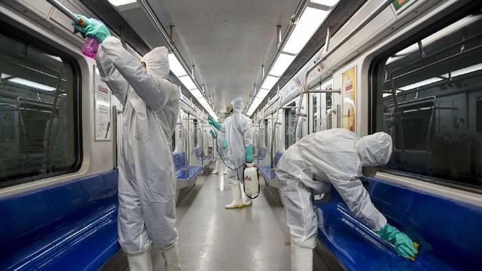 Korban meninggal akibat virus corona di Iran bertambah menjadi 15 orang. Untuk mengantisipasi bertambahnya korban, Iran melakukan penyemprotan disinfektan di sejumlah lokasi.