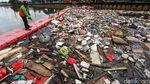 Bikin Mampet, Tumpukan Sampah di Sungai Mookervart Dibersihkan