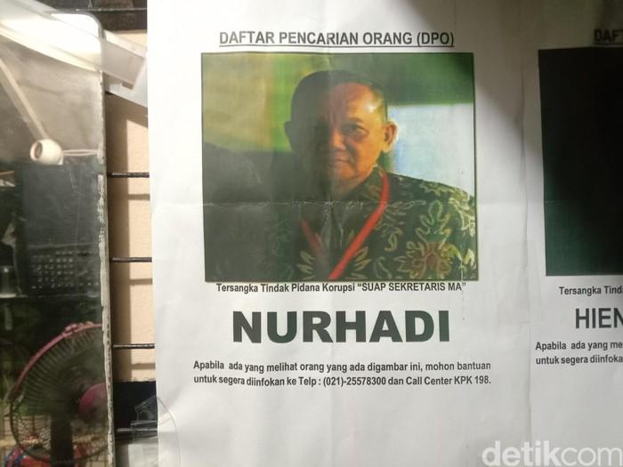 Pos Satpam di Perumahan Pandugo I Jalan Penjaringan Timur, Rungkut, Surabaya dipasangi foto Nurhadi. Ia merupakan tersangka kasus suap sekretaris MA.