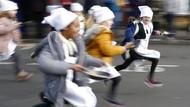 Adu Cepat Berlari Sambil Bawa Pancake di Inggris