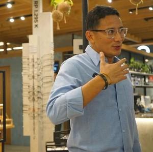 Gaya Keren Sandiaga Uno Pakai Kacamata Buatan Lokal