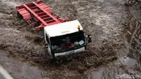 Aksi Nekat Sopir Truk Libas Banjir Cilincing