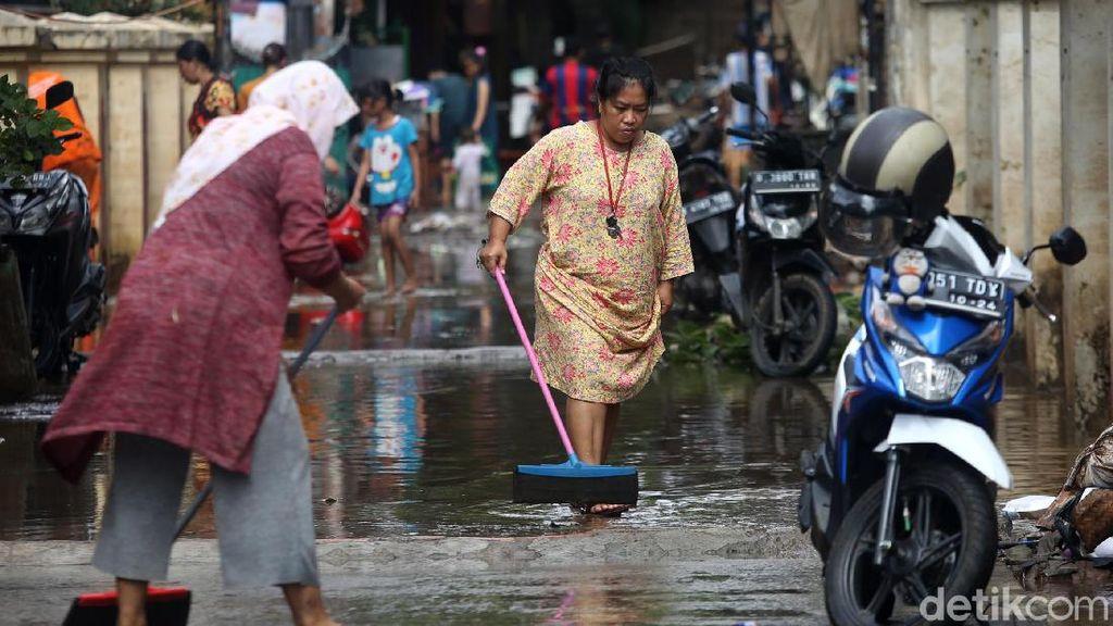 Warga Cipinang Melayu Bersih-bersih Pascabanjir