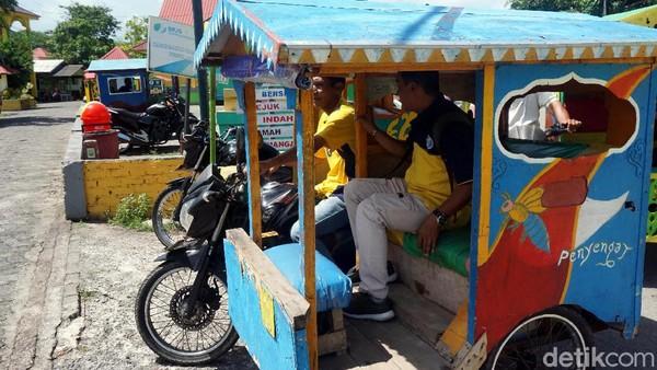 Untuk berkeliling Pulau Penyengat, traveler bisa naik becak motor yang banyak mangkal di sekitar pelabuhan. Masih ada beberapa situs bersejarah lain yang bisa dikunjungi di pulau ini. (Wahyu Setyo/detikTravel)