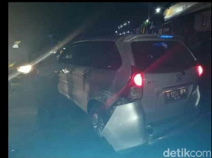 Mobil yang ditumpangi pelaku pencurian di Sragen ditembak polisi, Rabu (26/2/2020).