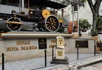 Tugu titik nol yang berada di Jalan Raya Asia Afrika, tepatnya di depan Kantor Binamarga Provinsi Jawa Barat, itu menjadi salah satu spot wisata populer di Kota Bandung.