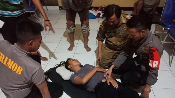 Anggota Brimob Purwakarta digigit ular berbisa saat bantu korban banjir di Karawang
