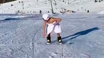 Foto: Selebgram Jadi Sensasi, Main Ski di Tengah Salju Hanya Pakai Handuk