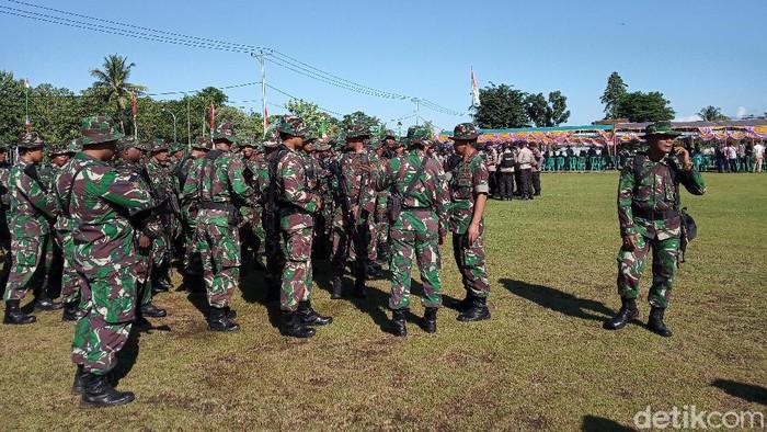 Pasukan gabungan TNI dan Polri bersenjata lengkap berada di halaman Gedung DPRD Mimika (Saiman/detikcom)