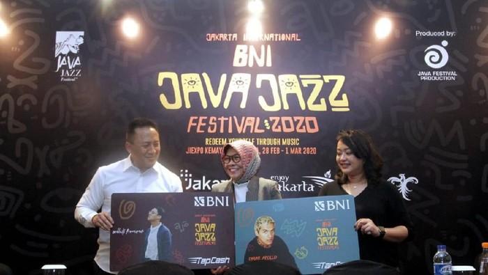 Direktur Bisnis Konsumer BNI Corina Leyla Karnalies (tengah) menyerahkan mock up BNI TapCash edisi khusus BNI Java Jazz Festival 2020 kepada President Director Java Festival Production Dewi Gontha (kanan) dan Triawan Munaf (kiri).