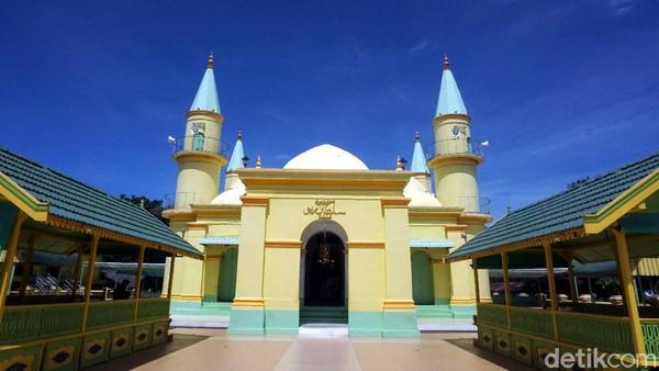 Masjid Raya Sultan Riau, begitu nama masjid bersejarah ini. Dibangun pada tahun 1832 di masa pemerintahan Yang Di