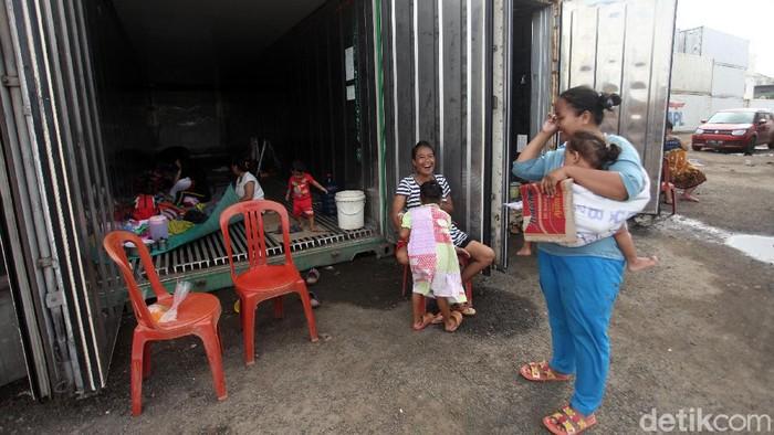 Sejumlah warga korban banjir mengungsi di dalam kontainer di kawasan Cilincing, Jakarta Utara, Rabu (26/2/2020). Sebanyak 419 warga mengisi 20 peti kemas.