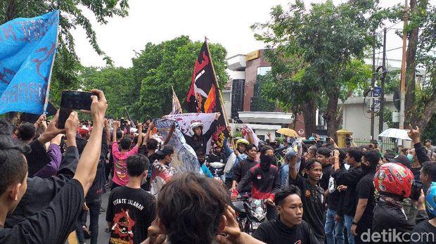 Ribuan Pesilat PSHT Kawal Sidang Rekan Mereka di Pengadilan Negeri Surabaya