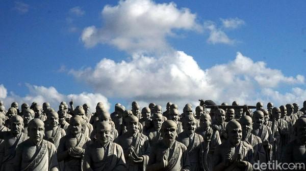 Namun keunikan dari vihara justru terletak di balik patung raksasa itu. Di baliknya, ada kurang lebih 500 patung dengan beragam ekspresi wajah yang berbeda. (Wahyu Setyo Widodo/detikcom)
