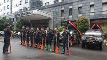 Reserse Polda Metro Patroli Berperahu di Lokasi Banjir Cegah Kriminalitas