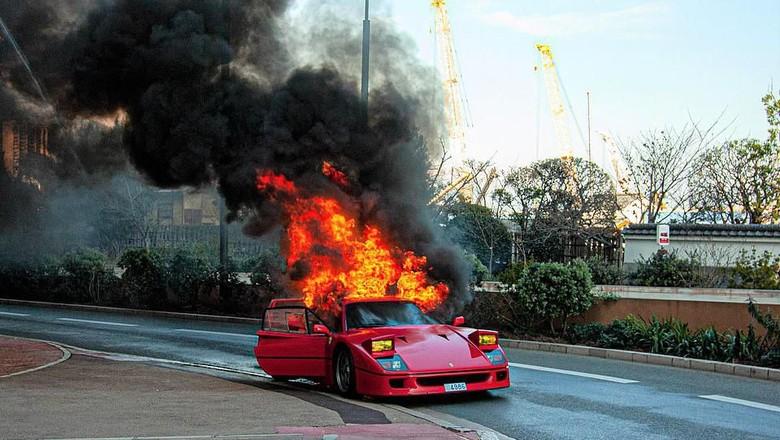 Ferrari F40 terbakar