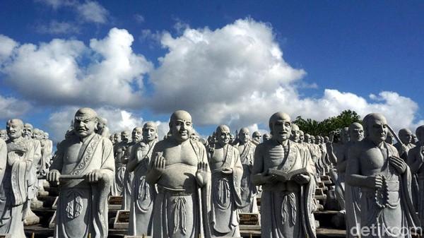 Patung-patung dengan beragam ekspresi ini adalah patung Arahat, sebutan untuk mereka yang sudah mencapai tingkat kesucian spiritual tertinggi dalam agama Buddha. Mereka konon adalah murid dari Sang Buddha. (Wahyu Setyo Widodo/detikcom)