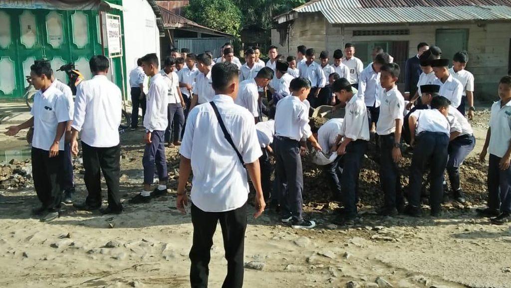 Paten! Guru-Siswa di Labura Timbun Jalan Berlubang Pakai Infak Pribadi