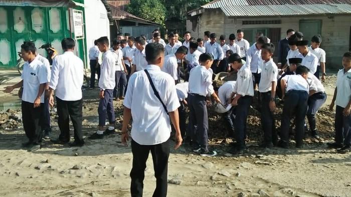 Kegiatan penimbunan jalan yang menghubungkan sejumlah desa di Tanjung Pasir (Dok. Istimewa)