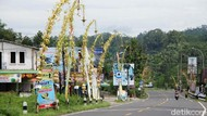 Ribuan Janur Kuning Hiasi Jalan di Banjarnegara